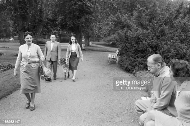 Curd Jurgens Marries Simone Bicheron. Allemagne Fédérale- 17 Septembre 1958- Dans un parc, l'acteur de cinéma autrichien et allemand Curd JURGENS et...