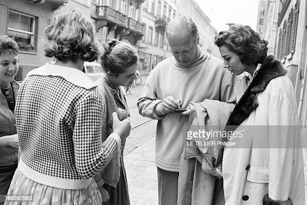 Curd Jurgens Marries Simone Bicheron. Allemagne Fédérale- 18 Septembre 1958- Dans une rue, l'acteur de cinéma autrichien et allemand, Curd JURGENS...