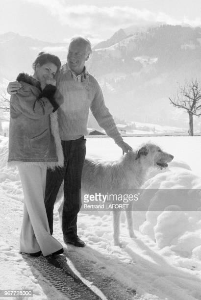 Curd Jurgens se repose dans son chalet avec sa compagne Marlene Knaus le 17 décembre 1974 à Gruben, Suisse.