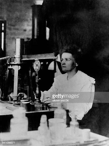 Curie Marie *07111867Wissenschaftlerin Physikerin Chemikerin Polen/Frankreich Nobelpreistraegerin bei der Arbeit im Labor undatiert