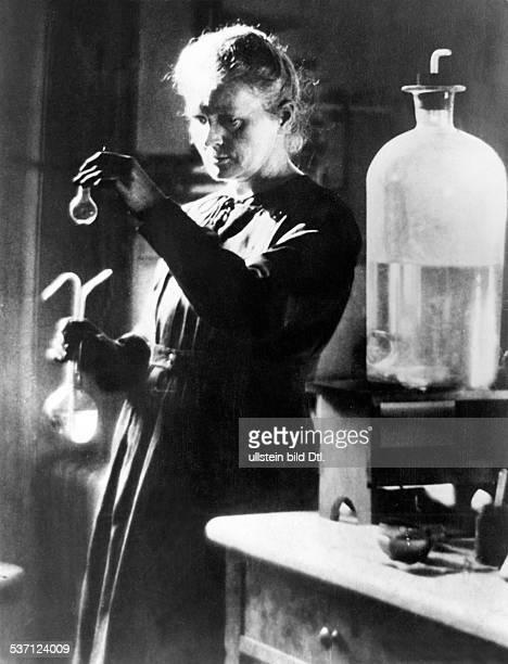 Curie Marie Wissenschaftlerin Physikerin Chemikerin Polen/Frankreich Nobelpreistraegerin im Labor undatiert