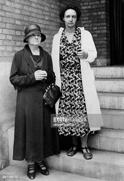 Curie Marie Wissenschaftlerin Physikerin Chemikerin Polen/Frankreich Nobelpreistraegerin mit ihrer Tochter Irene der die künstlich Erzeugung...