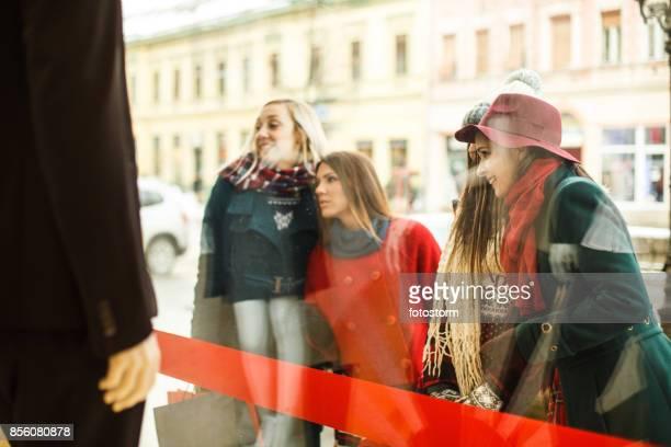 Nieuwsgierige blik van vrolijke meisjes