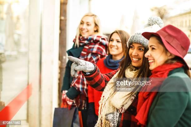 Nieuwsgierige blik van vrolijke jonge vrouwen