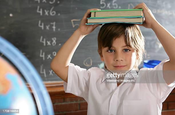 Neugierig Schulkind-Nur Jungen halten Schulbücher