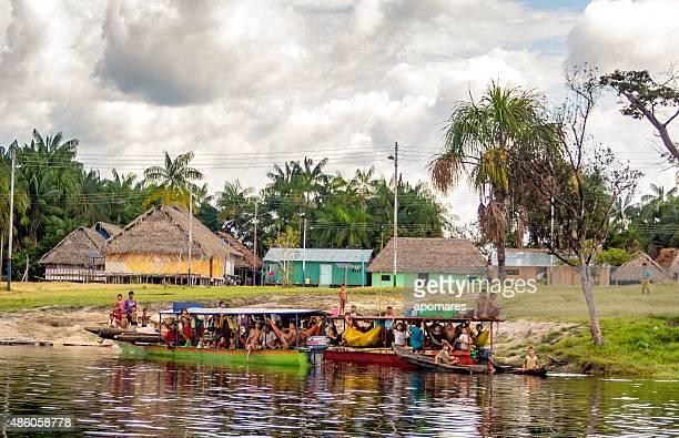 Curipaco indios sobre Curiaras en el río Pasimoni, Venezuela