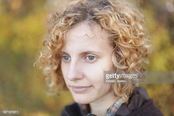 curly hair girl - bortes fotografías e imágenes de stock