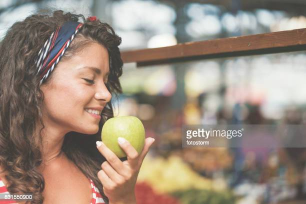 Cheveux bouclés femme odeur de pomme verte