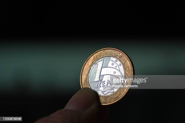 currency - brazilian money - 1 real - real people stockfoto's en -beelden