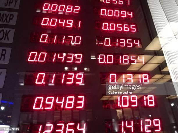 currency exchange rates in window - devisenkurs stock-fotos und bilder