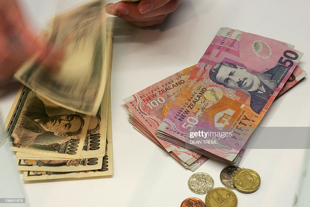 A Currency Exchange Teller Counts Out Si News Photo