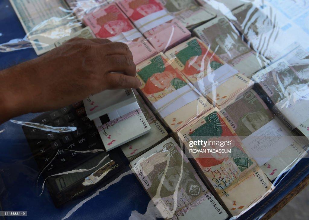 Vendor Adjusts Stani Currency Notes