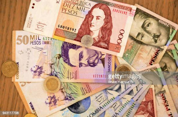 currency of colombia - dinero fotografías e imágenes de stock