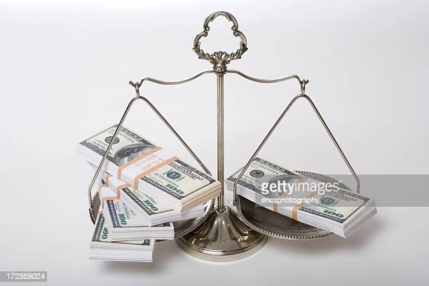 Amerikanische Währung auf Waage der Gerechtigkeit