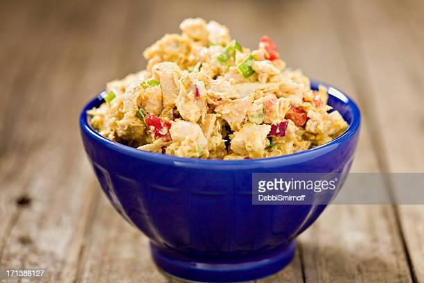 Caril Frango em uma Tigela de Salada