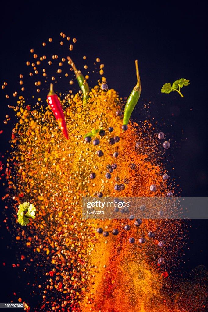 Curry de especias mezcla alimentos explosión : Foto de stock
