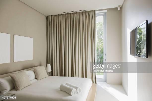 Des rideaux et lit dans une chambre moderne