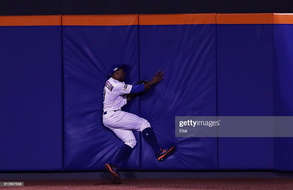 Curtis Granderson #3 of the New York Mets catches a ball hit by Brandon Belt #9 of the San Francisco Giants for an out in the sixth inning during their National League Wild Card game at Citi Field on October 5, 2016 in New York City.
