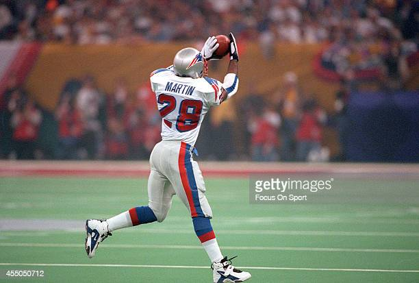 Curtis Martin of the New England Patriots catches a pass against the Green Bay Packers during Super Bowl XXXI January 26 1997 at the Louisiana...