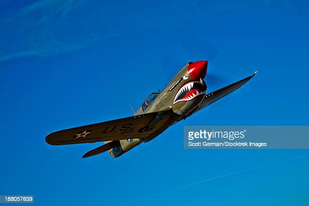 a curtiss p-40e warhawk in flight near chino, california. - curtis p40b warhawk stock pictures, royalty-free photos & images