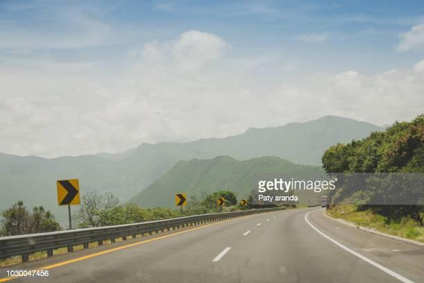 curve in the highway road trip to veracruz mexico - autostrada foto e immagini stock