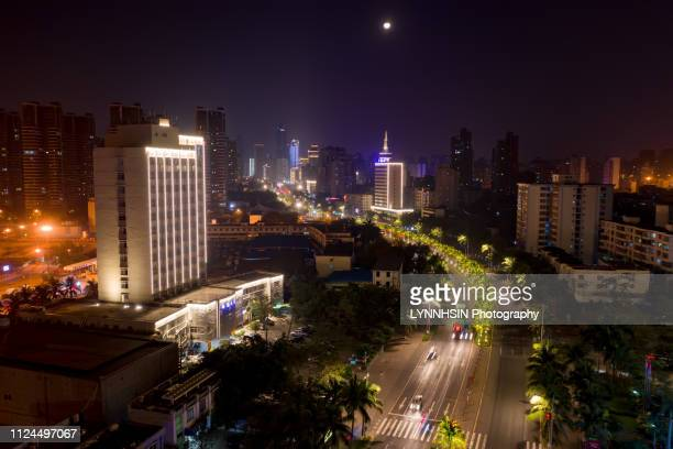 curve road leading into the city showing up city skyline at night - lynnhsin stock pictures, royalty-free photos & images
