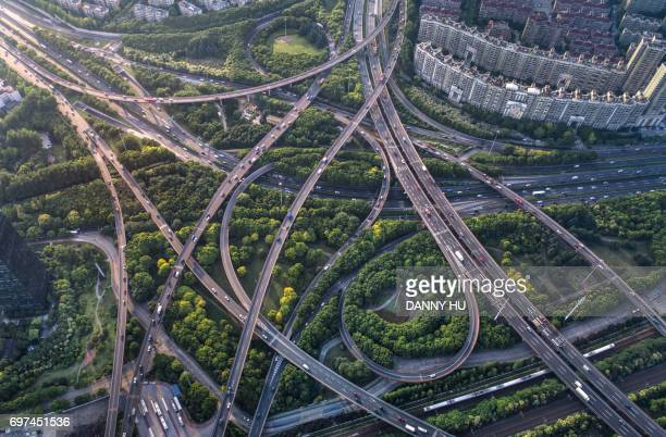 curved flyovers and multi lane highways in shanghai - grün stock-fotos und bilder