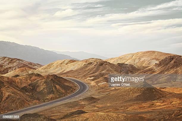 curved road in rocky landscape - californie photos et images de collection