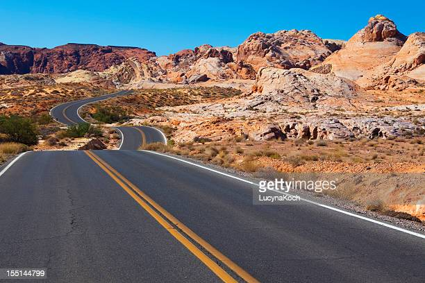 geschwungene road - lucyna koch stock-fotos und bilder