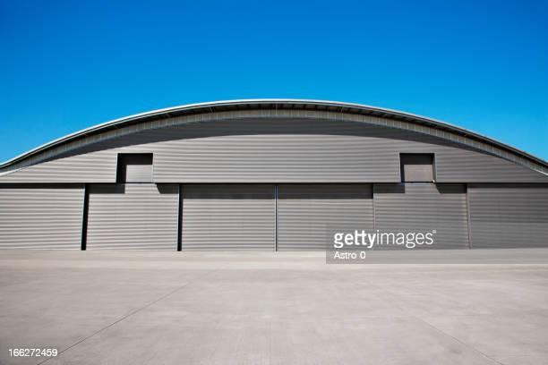 Geschwungene Dach des warehouse und blauem Himmel