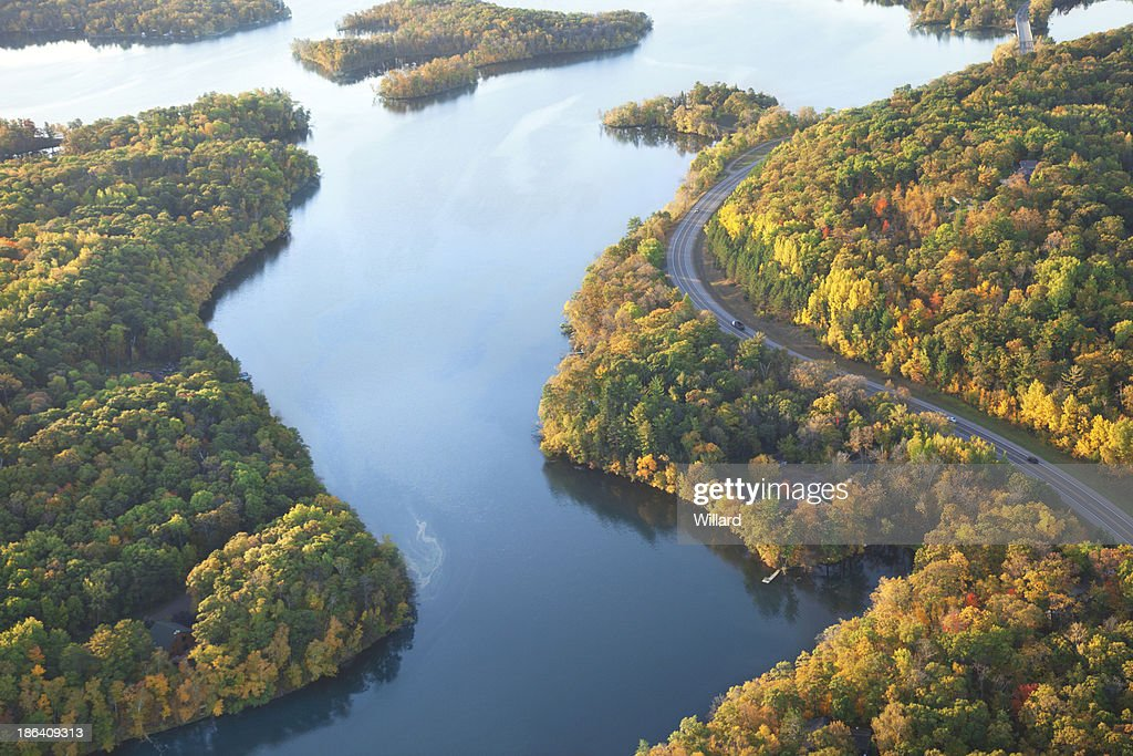 Curving road along Mississippi River during autumn : Stock Photo