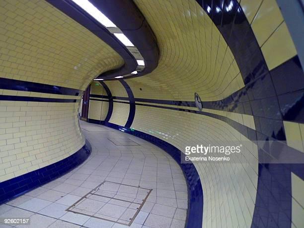 curvy corridor - metropolitana di londra foto e immagini stock