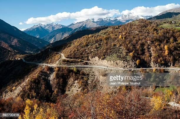 curvy mountain road heading to mestia in autumn, svaneti, georgia - 北コーカサス ストックフォトと画像