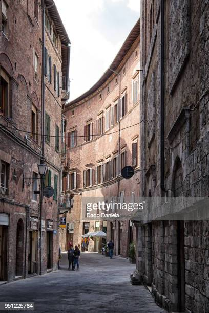 curvy street - val d'orcia stock pictures, royalty-free photos & images