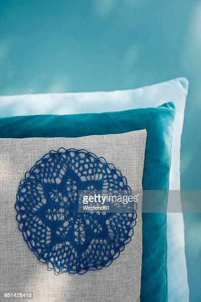 cushion with applicated crochet tablecloth - aplique arte de la costura fotografías e imágenes de stock