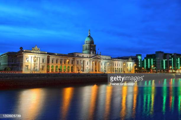 custom house on the banks of river liffey at dusk - rainer grosskopf stock pictures, royalty-free photos & images