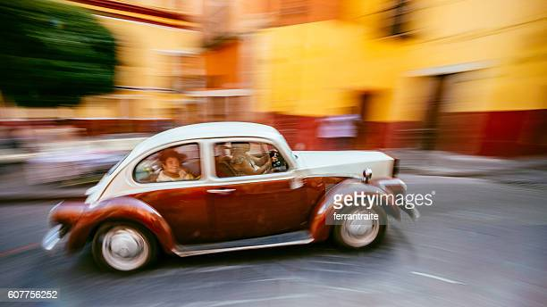 custom volkswagen beetle on the streets of guanajuato mexico - characteristic of mexico photos et images de collection