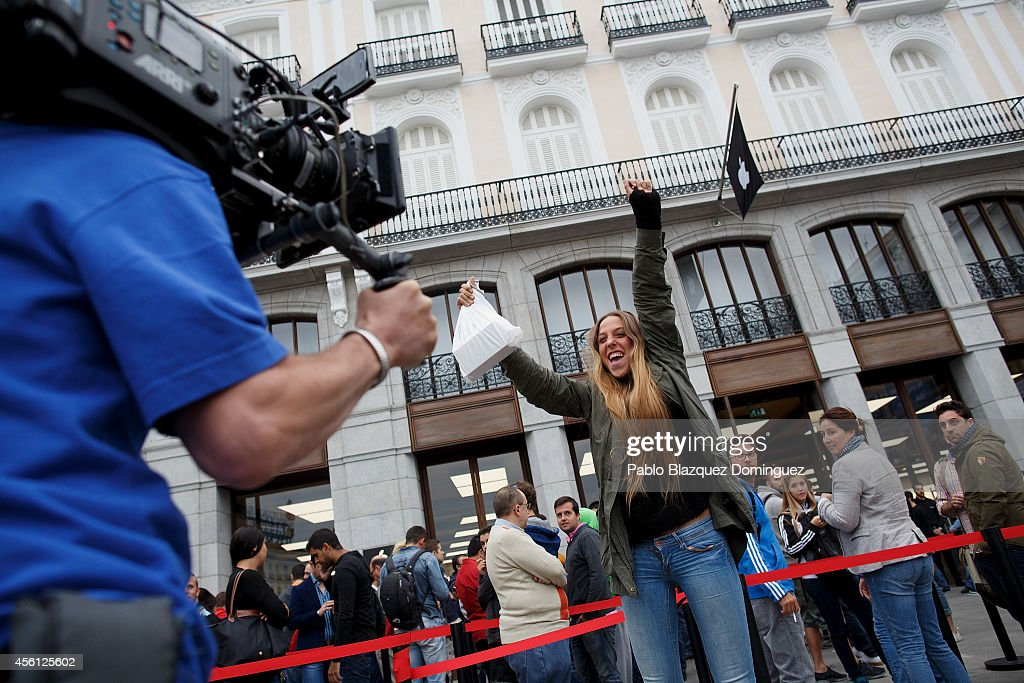 Apple Inc. Launches iPhone 6 And iPhone 6 Plus Smartphones In Madrid : News Photo