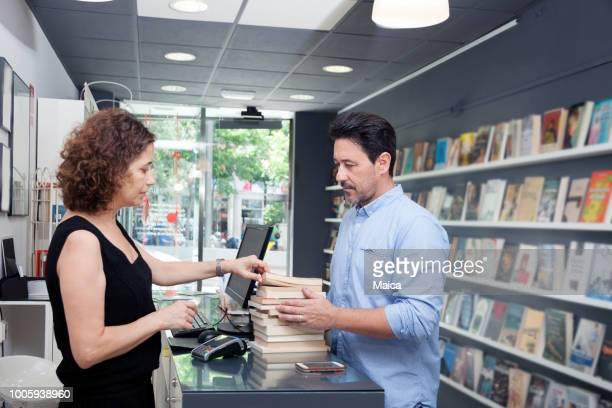 お客様の書籍を購入 - 書店 ストックフォトと画像