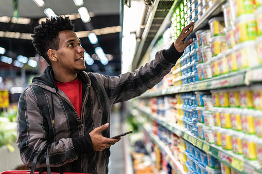 Customer Buying with mobile app on Supermarket - gettyimageskorea