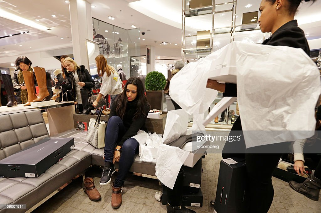 Shoppers Inside Macy's Inc. And Toys R Us Inc. Stores Ahead Of Black Friday Sales : ニュース写真