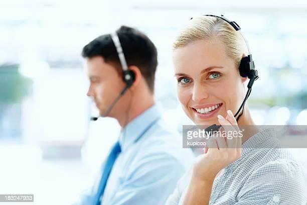 Cliente executive con un colega en el fondo