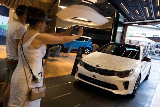 Photos et images de inside a kia motors showroom ahead of for Kia motors customer service