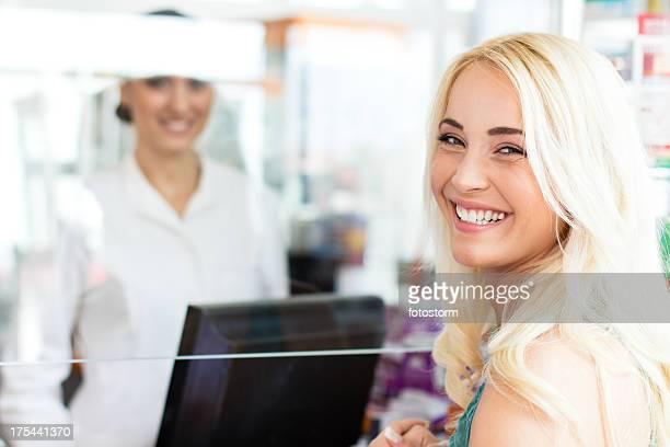 Client en face du comptoir de verre de la pharmacie