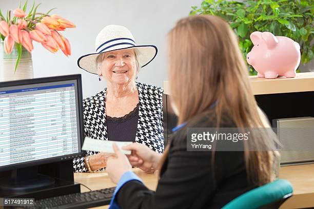 Kunden im Retail Banking-Theke Fenster mit Bank Teller