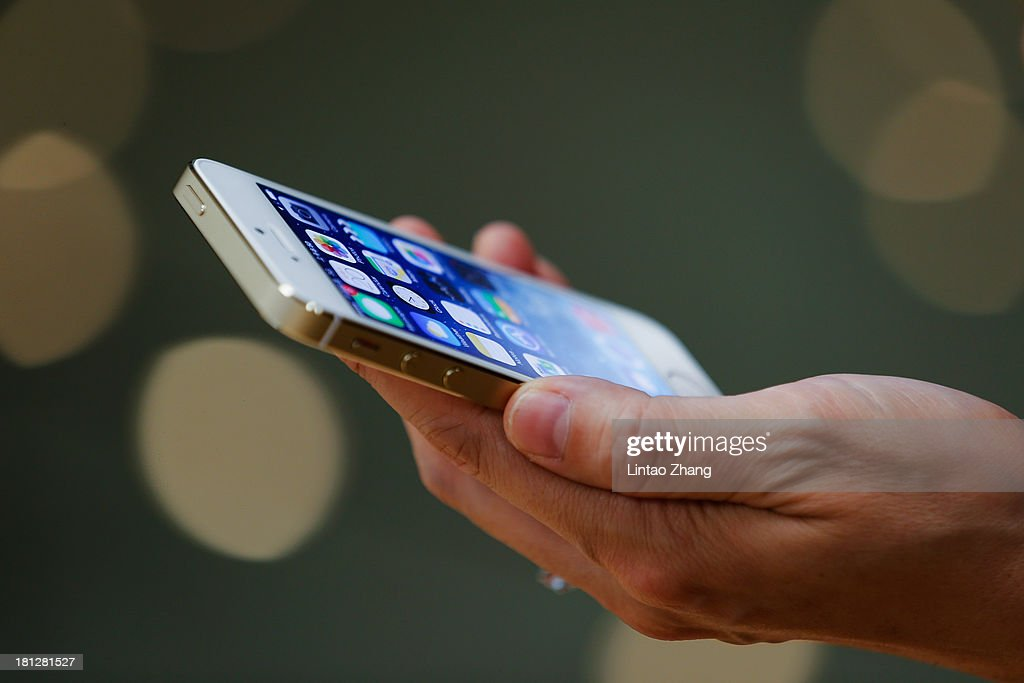 Apple Launches iPhone 5s And 5c In China : News Photo