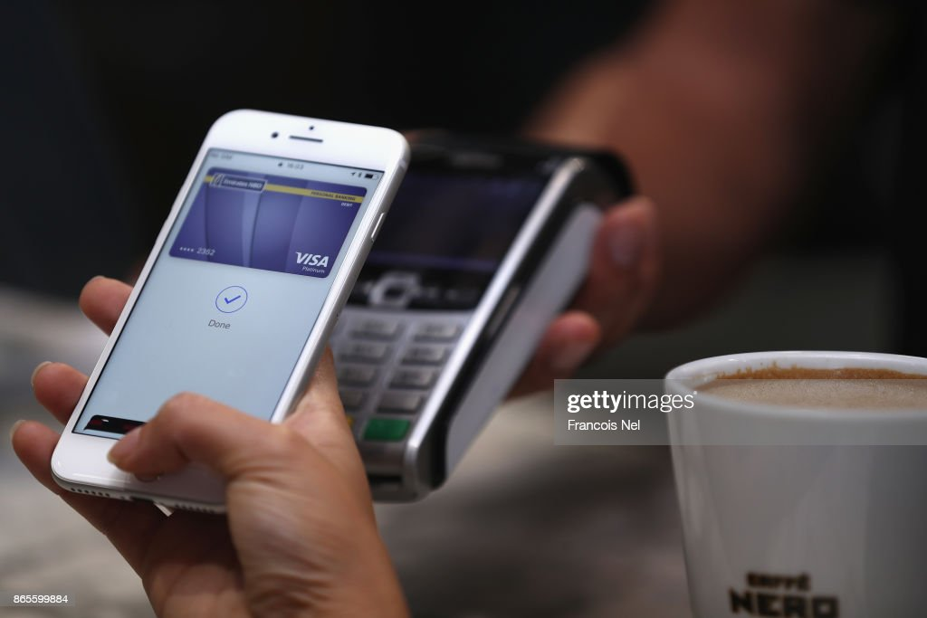 Apple Pay Launches in the UAE : Foto jornalística