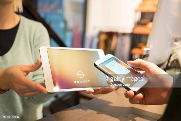 customer paying by using smart phone contactless - paying stock pictures, royalty-free photos & images