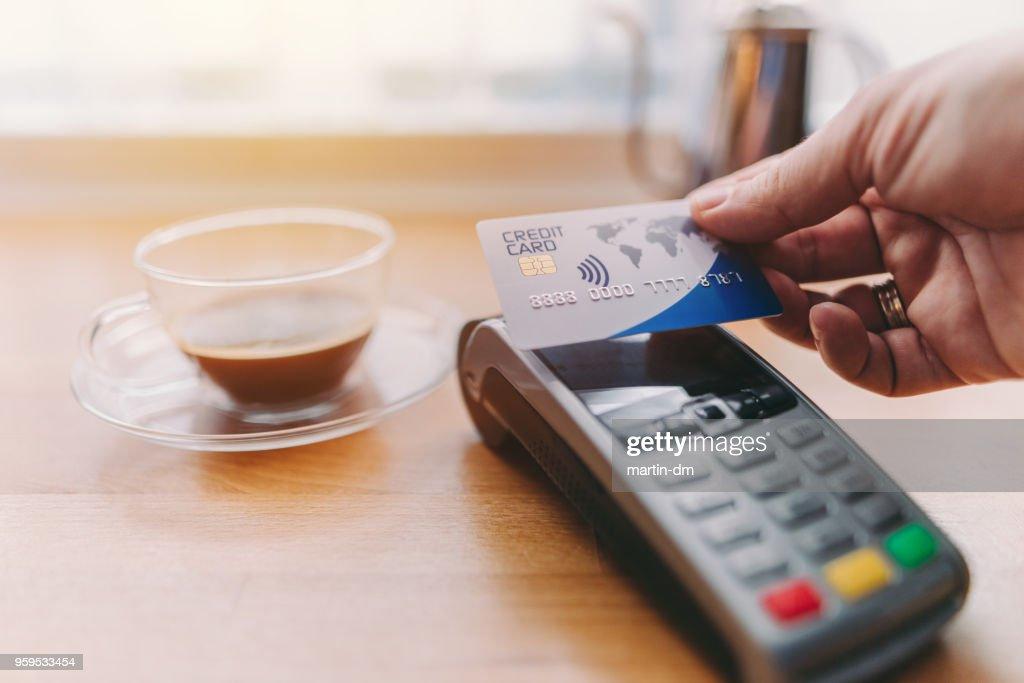 Kunden zahlen mit Kreditkarte kontaktlose : Stock-Foto