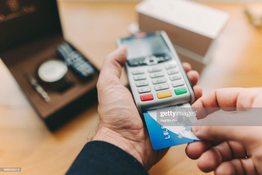 Kunden bezahlen mit Kreditkarte : Stock-Foto